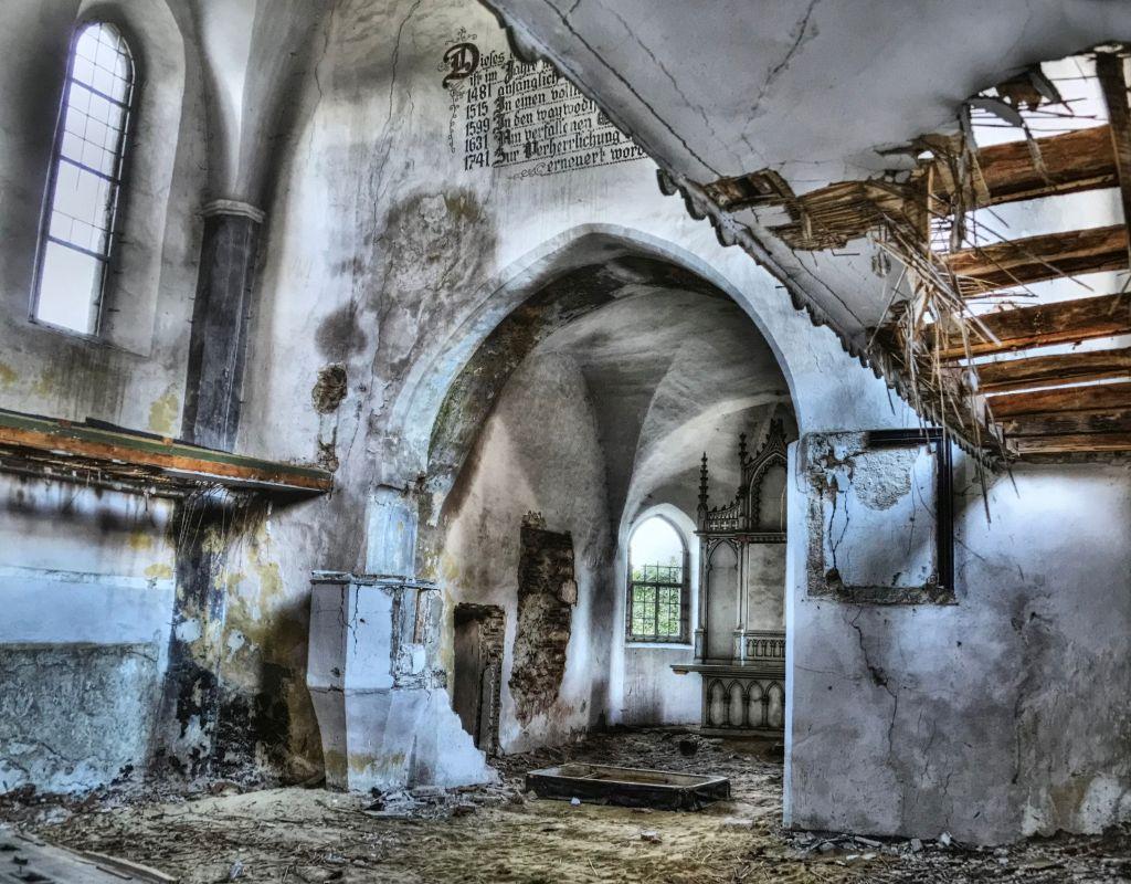 verwuesteter Innenraum der Kirchenburg von Broos; Fotografie aus dem Bildband Ueber Siebenbuergen, Band sechs