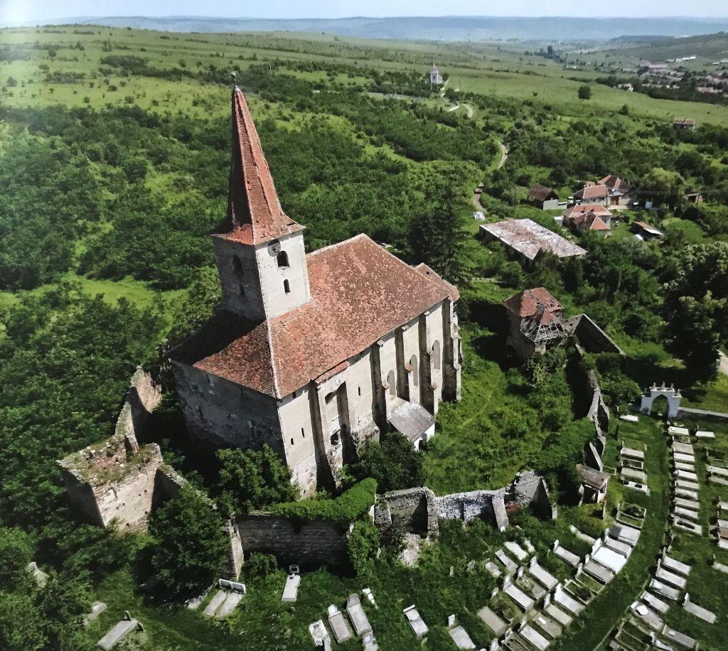 Kirchenburg von Dobring; Fotografie aus dem Bildband Ueber Siebenbuergen, Band sechs