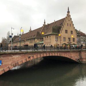 Pont du Corbeau in Strasbourg mit altem Zollhaus im Hintergrund