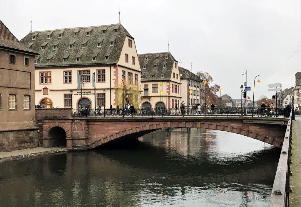 Pont du Corbeau mit historischem Museum in Strasbourg