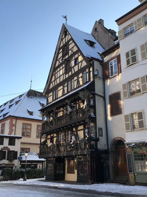 Fachwerkhaus mit Wetterfahne an der Place du Marché aux cochons de lait in Strasbourg