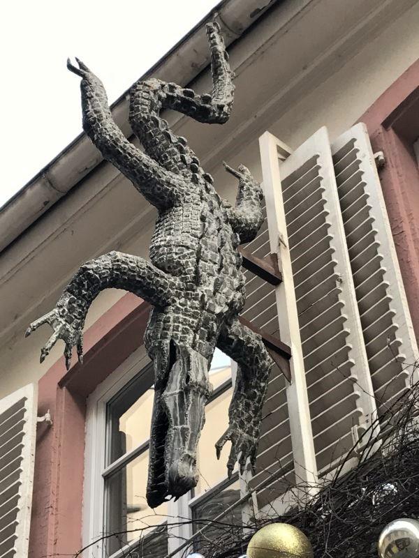 Eisenreplik eines Nilkrokodils an der Fassade des Restaurants au crocodile in Strasbourg