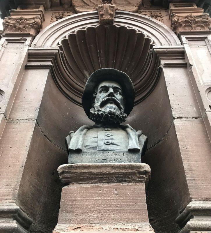 Bueste des Schriftstellers Johann Fischart auf dem Denkmal an der Place du Pont aux Chats in Strasbourg
