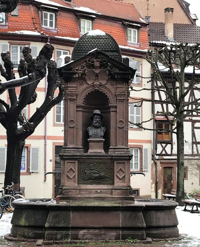 Brunnendenkmal der Hirsebreifahrt an der Place du Pont aux Chats in Strasbourg