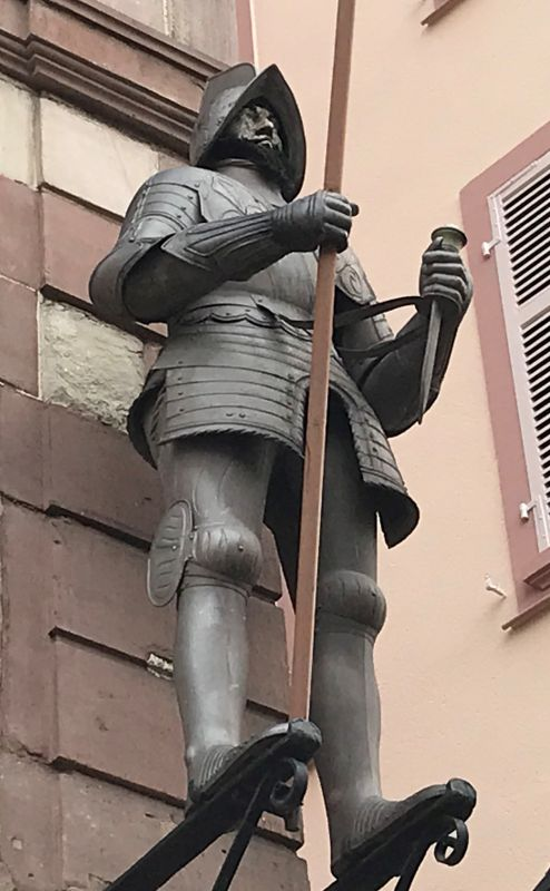 L'Homme de Fer - Eiserner Mann in Ritterruestung am Place l'Homme de Fer in Strasbourg