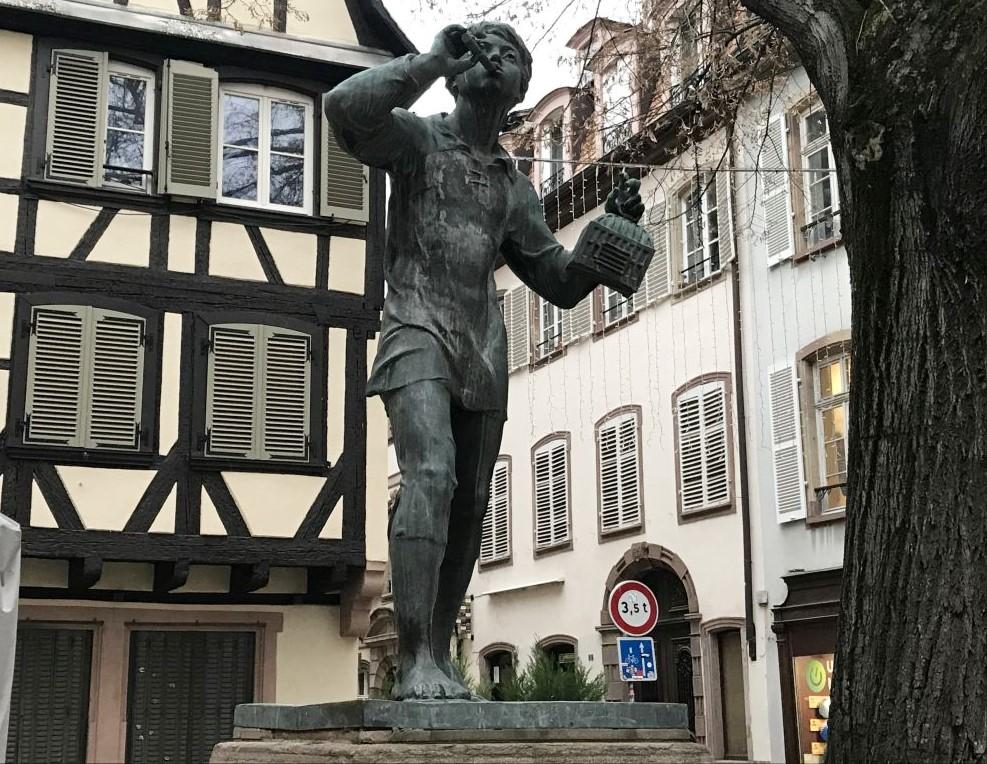 Statue des Meisenlockers, Place Saint Etienne in Strassburg