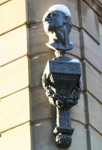 Bueste von Michel Sultzer an der Hausfassade 24, Place de la Cathédrale in Strassburg