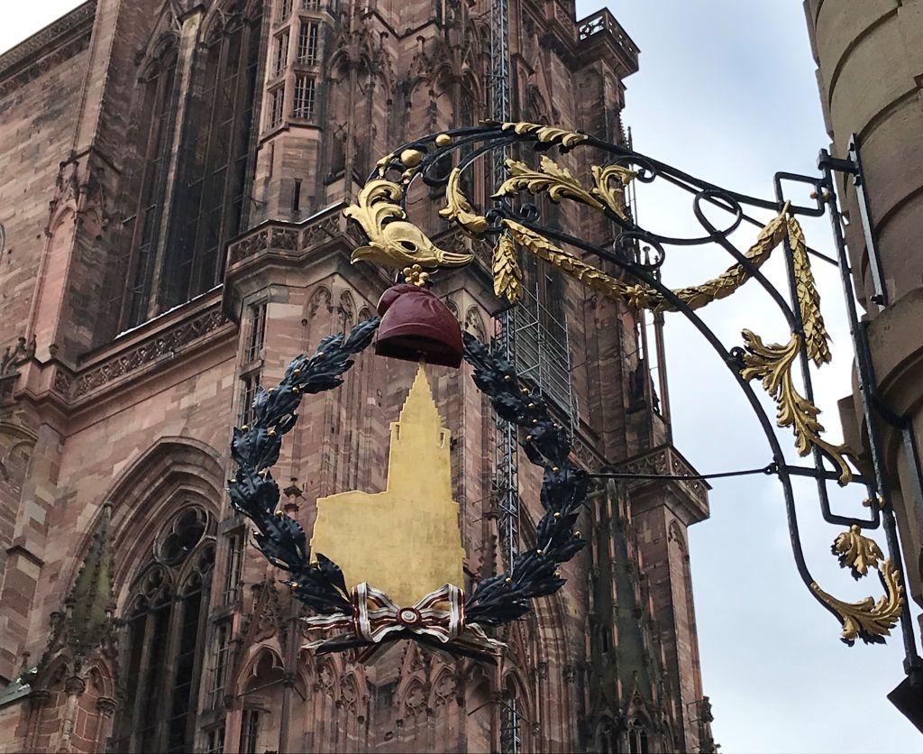 geschmiedetes Schild der Kathedrale mit phrygischer Muetze in Strassburg