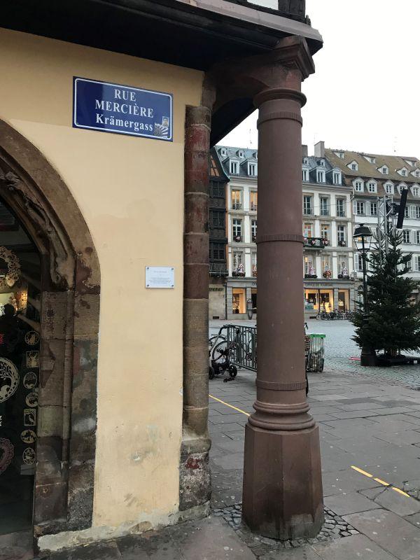 Saeule Büchmesser am Haus der ehemaligen Pharmacie du Cerf in Strasbourg