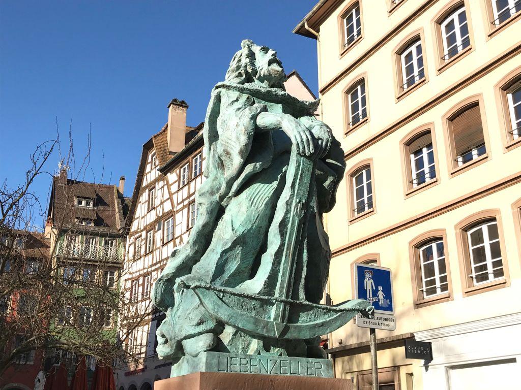 Statue des Rebellen und Ritters Liebenzeller mit Armbrust am Place des Tripiers in Strassburg
