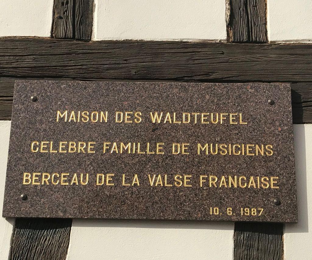 Hinweistafel am ehemaligen Wohnhaus der Familie Waldteufel in Bischheim