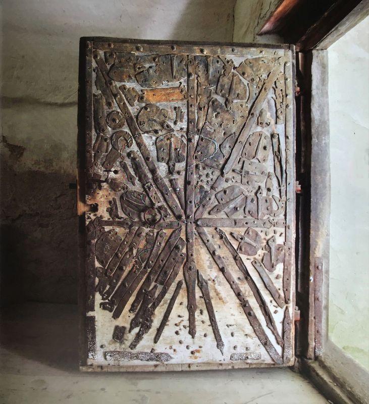 mit alten Eisenteilen verzierte Tür in der Kirchenburg von Arbegen aus dem Bildband Stillleben nach dem Exodus von Peter Jacobi