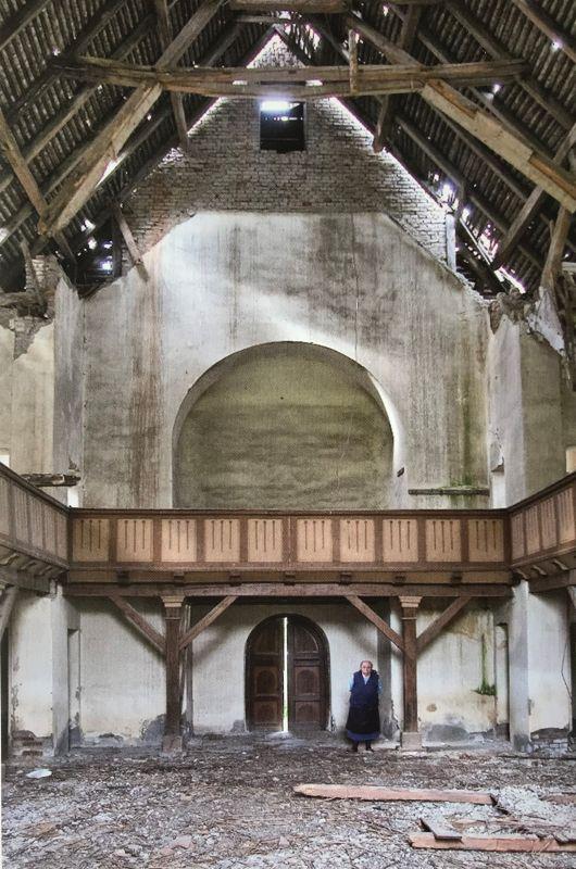 ausgeraeumte Kirche in Grosseidau Siebenbuergen aus dem Bildband Stillleben nach dem Exodus von Peter Jacobi