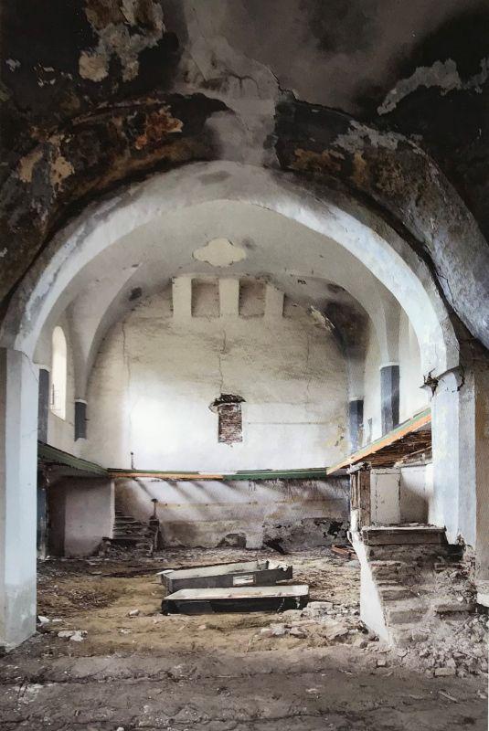 verwuestete Kirchenburg in Dobring aus dem Bildband Stillleben nach dem Exodus von Peter Jacobi