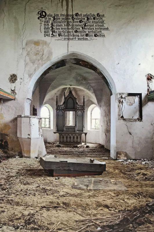 verwuestete Kirchenburg in Dobring Siebenbuergen aus dem Bildband Stillleben nach dem Exodus von Peter Jacobi