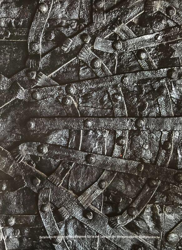 Detailansicht der Sakristeituer der Stadtpfarrkirche von Hermannstadtaus dem Buch Stillleben nach dem Exodus von Peter Jacobi