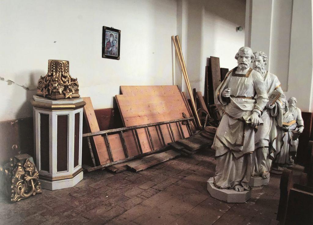 abgebaute Altarfiguren aus der Wehrkirche von Oberneudorf aus dem Bildband Siebenbuergen Bilder einer Reise 2