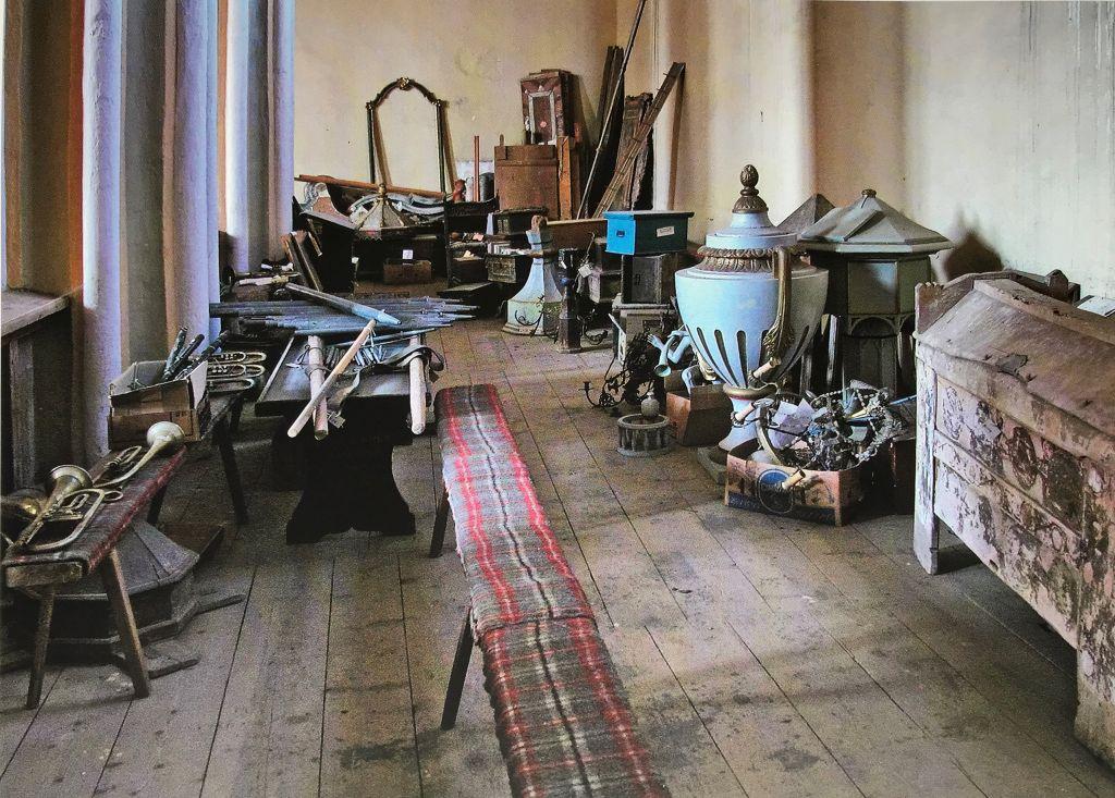 Stillleben auf dem Dachboden der Kirchenburg von Grossau aus dem Buch Siebenbuergen Bilder einer Reise 2 von Peter Jacobi