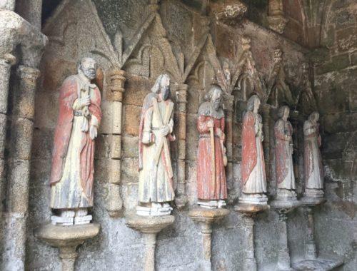 Kapelle Kermaria an Iskuit - Vorhalle mit Apostelstatuen
