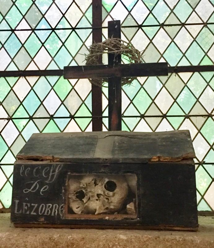 Schrein mit Totenschaedel Kapelle Kermaria an Iskuit