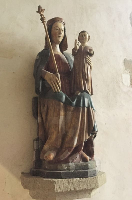 Holzstatue Jungfrau mit Kind in der Kapelle Kermaria an Iskuit