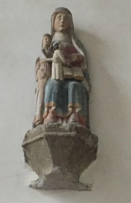 Holzstatue Heilige Anna und Jungfrau mit Kind in der Kapelle Kermaria an Iskuit