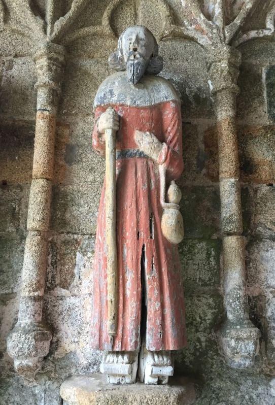 Hoelzerne APostelfigur Jakobs der Aeltere Kapelle Kermaria an Iskuit