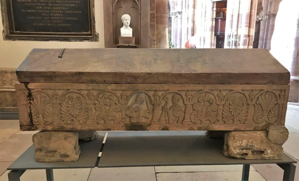Detail des Sarkophags des Bischofs Adeloch in der Kirche Sankt Thomas in Strassburg, Elsass
