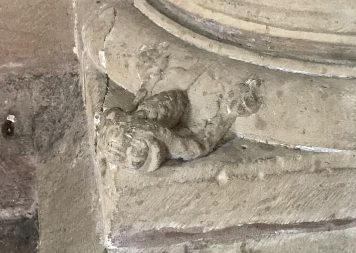 Froschaehnliche Miniskulptur in der Eglise Saint Thomas in Strasbourg