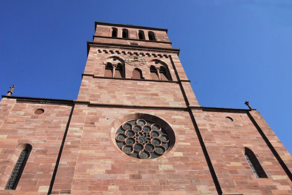 Westfassade mit Rosette der Thomaskirche Strassburg, Elsass