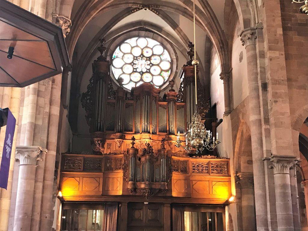Rosette und Silbermann-Orgel in der Thomaskirche in Strassburg, Elsass