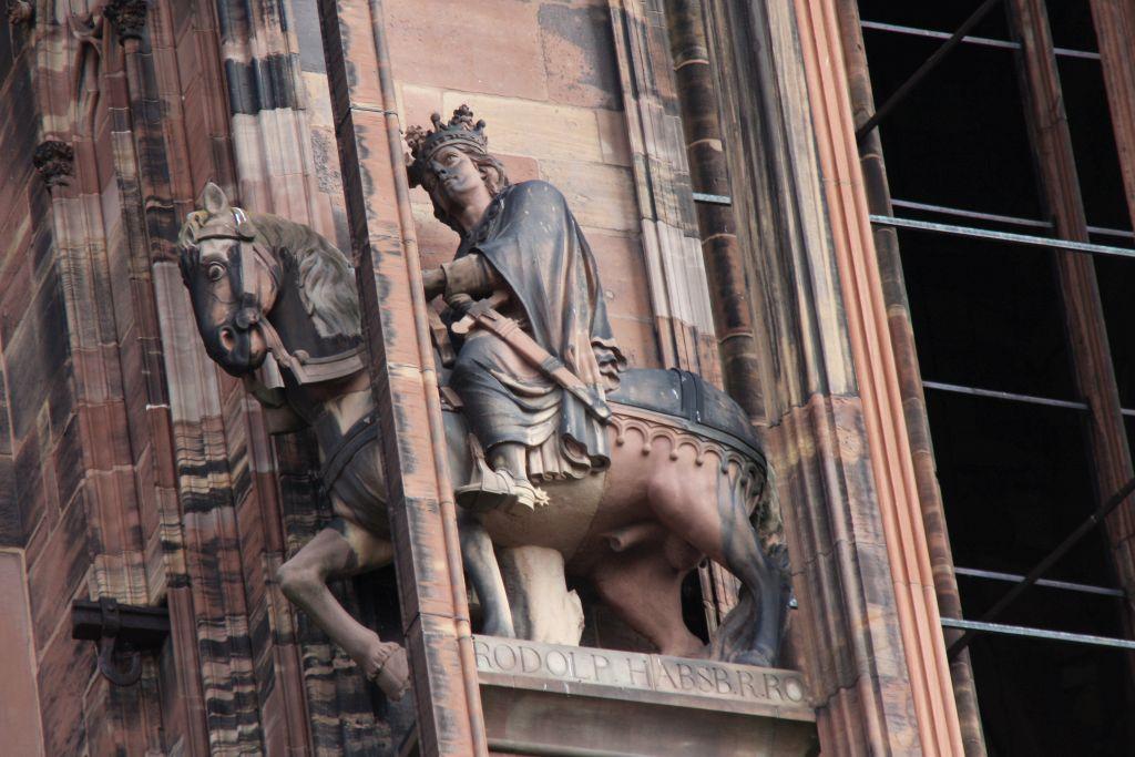 Reiterstatue Koenig Rudolf I. von Habsburg in einem Stuetzpfeiler an der Kathedrale von Strassburg
