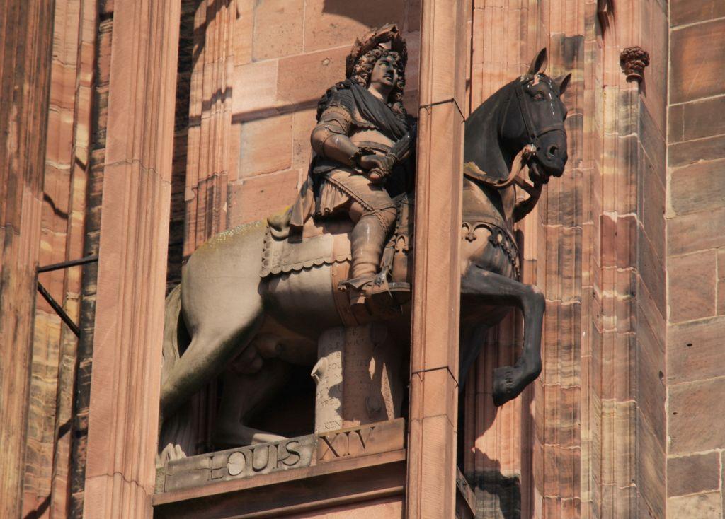 Statue Koenig Louis XIV. zu Pferd in einem Stuetzpfeiler an der Kathedrale von Strassburg