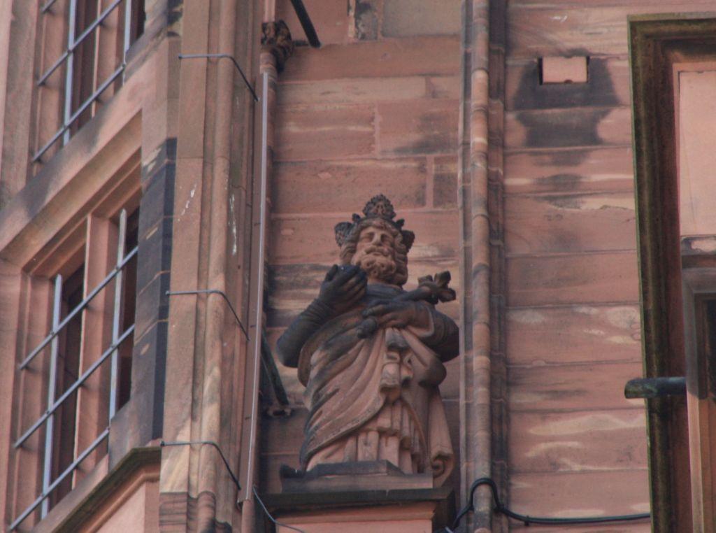 Statue Kaiser Karl der Kahle in einem Stuetzpfeiler an der Kathedrale von Strassburg