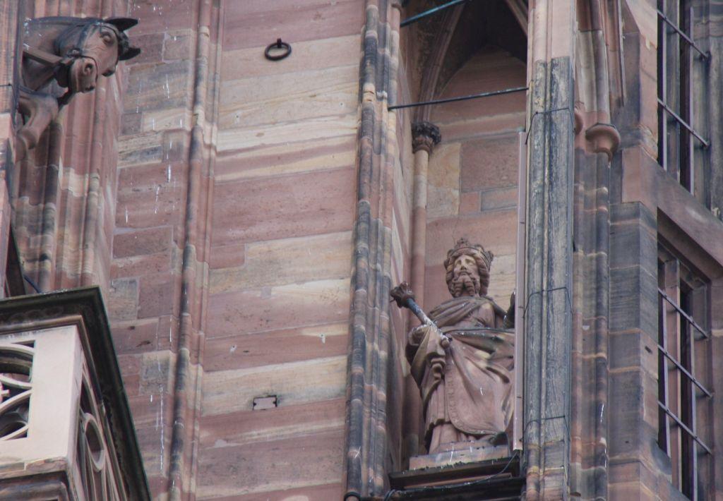 Statue Kaiser Heinrich IV in einem Stuetzpfeiler an der Kathedrale von Strassburg