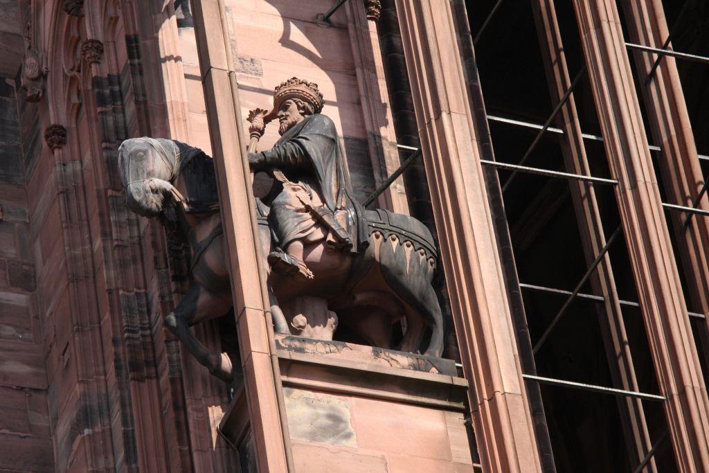 Reiterstatue Koenig Chlodwig in einem Stuetzpfeiler an der Kathedrale von Strasbourg