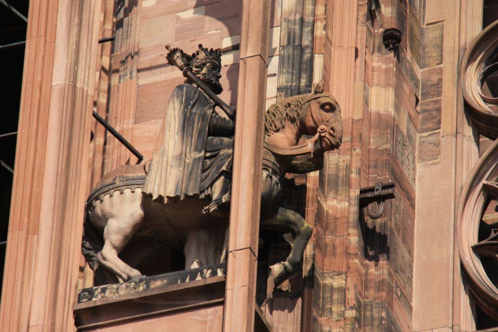 Reiterstatue Koenig Dagobert I.in einem Stuetzpfeiler an der Kathedrale von Strasbourg