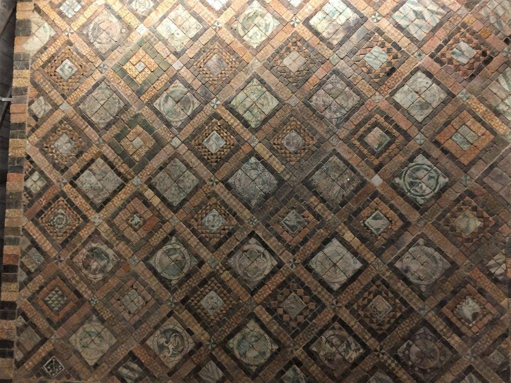 Bodenfliesen aus dem 13. Jahrhundert der Kapelle von Suscinio