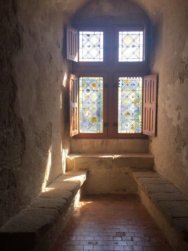 Sprossenfenster mit Sitzbaenken im Schloss Suscinio