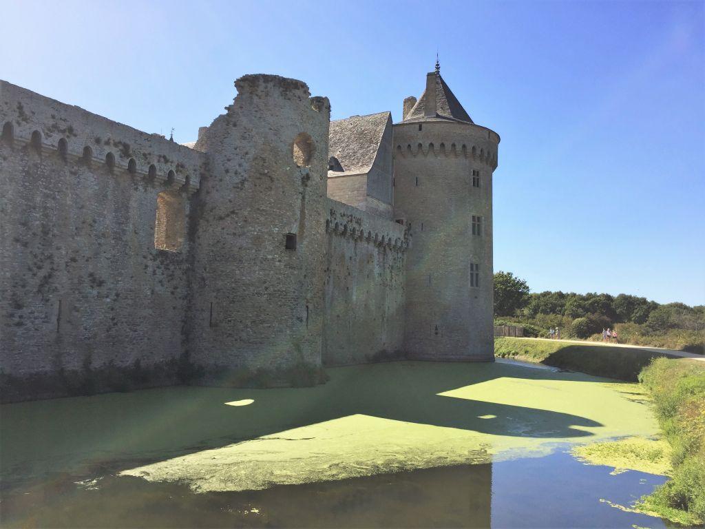 Nordmauer und Neuer Turm von Schloss Suscinio auf der Halbinsel Rhuys