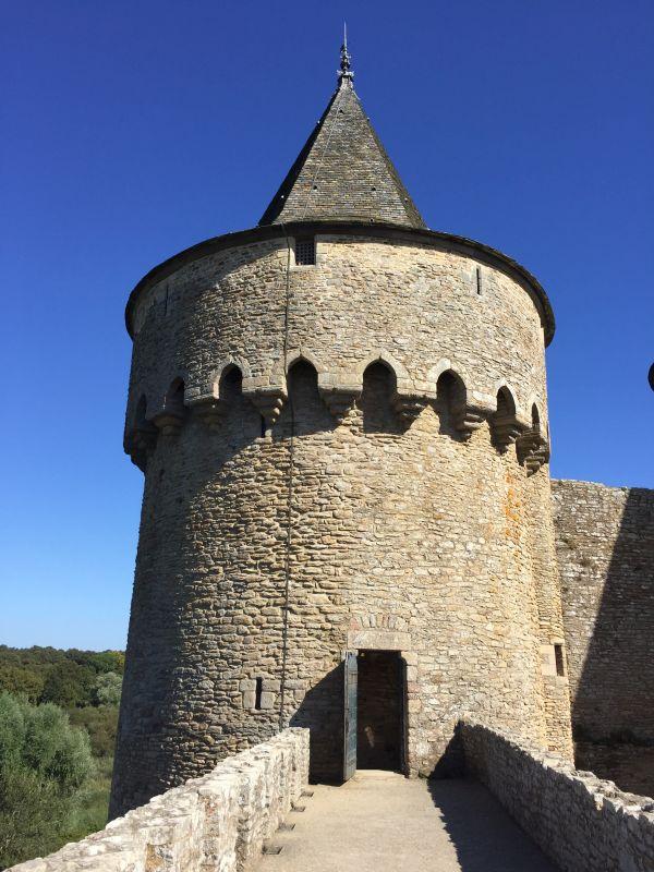 Eingang zum Sperberturm mit Maschikulikranz im Schloss Suscinio