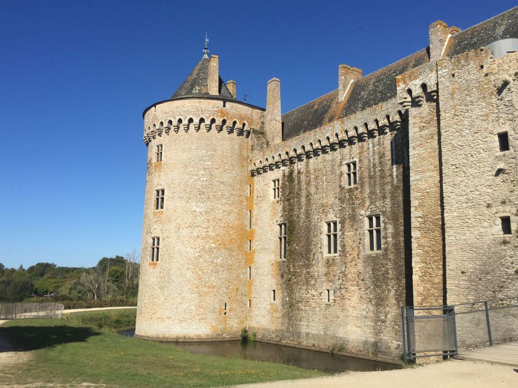 Tour Neuve und West-Logis des Schlosses Suscinio in der Suedbretagne