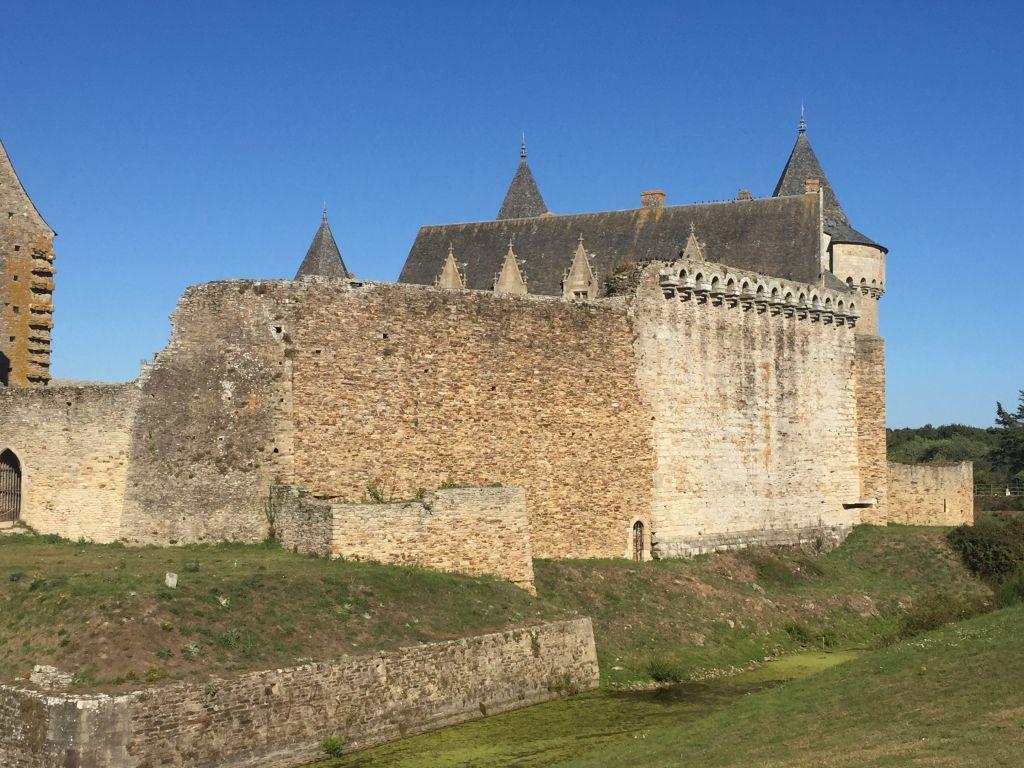 Suedmauer des Chateau de Suscinio in der Suedbretagne