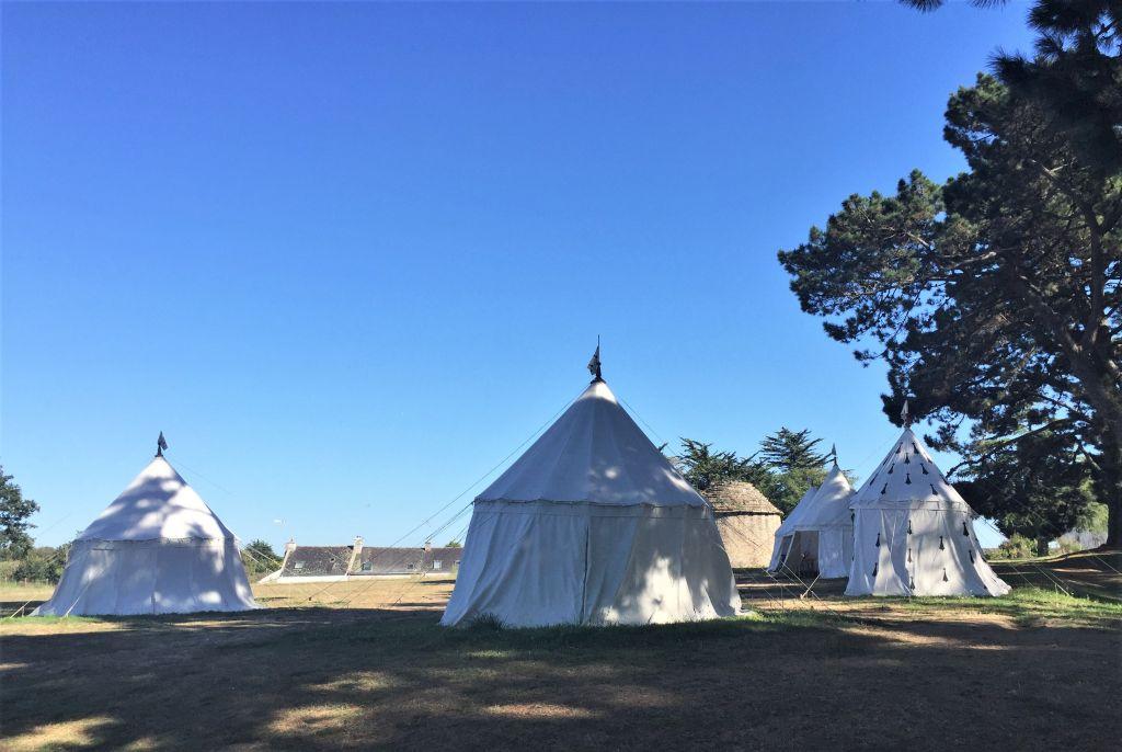 mittelalterliches Zeltlager in der Naehe des Schlosses von Suscinio