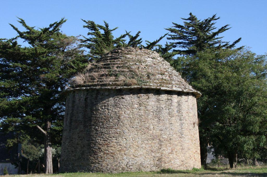 Taubenhaus beim Schloss Suscinio auf der Halbinsel Rhuys in der Suedbretagne