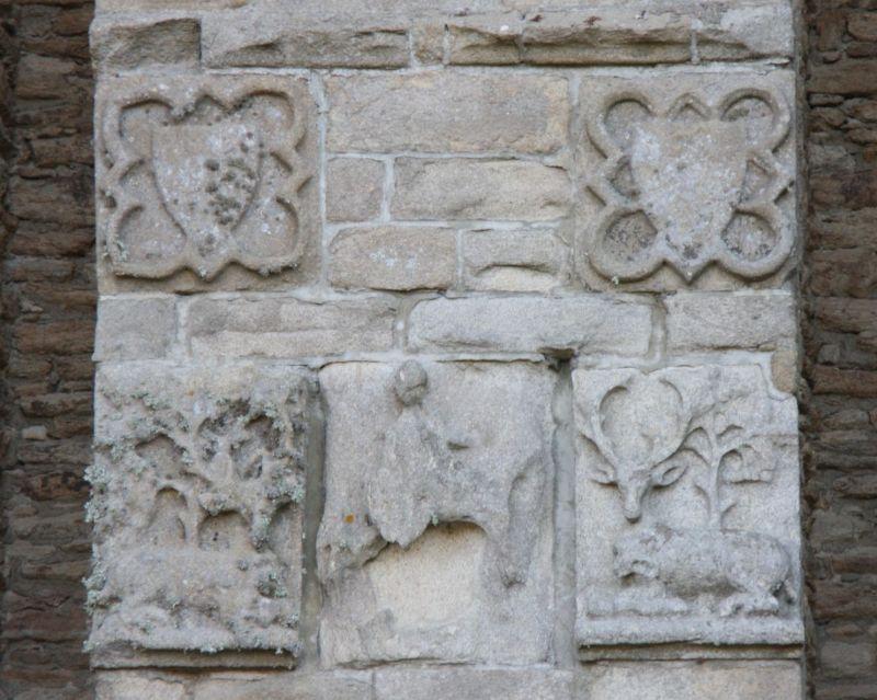 Flachrelief mit Wappen, Jagdszene und Reiter am Torhaus des Jagdschlosses der bretonischen Herzoege