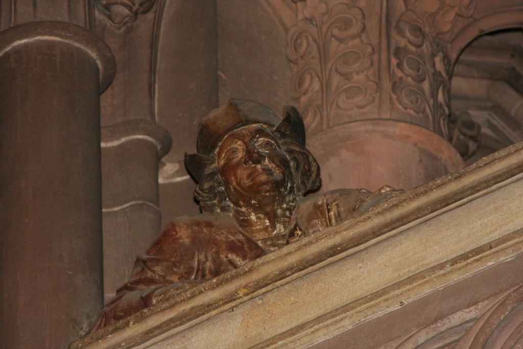 Steinfigur eines Manns auf der Saengerempore im Strassburger Muenster