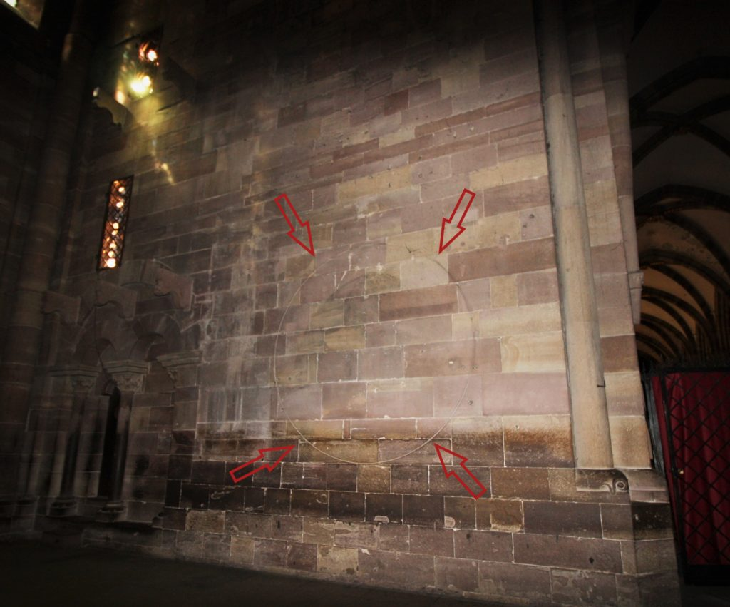 mysterioese Kreisgravur an der Wand im suedlichen Querhaus des Strassburger Muensters