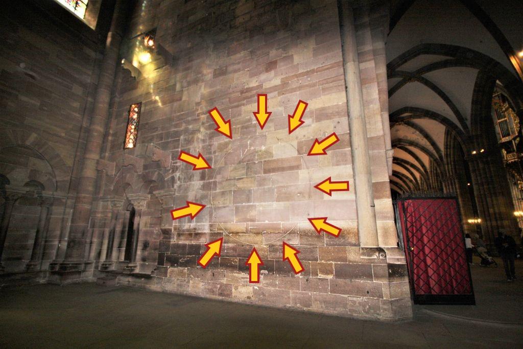 Mysterioeser Kreis an der Wand des Suedquerhauses im Strassburger Muenster