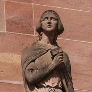 Statue Sabina von Steinbach vor dem Suedportal des Muensters in Strassburg
